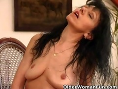 aged mom with saggy wobblers works her hairy pussy