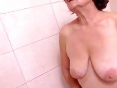 une belle surprise au salle de bain by